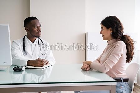 arzt diskutiert mit patientin