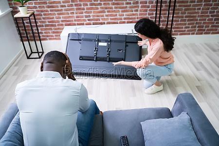 paar schaut auf gefallenes fernsehen