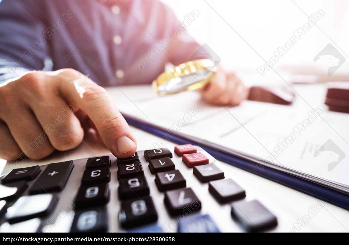 geschäftsperson, bei, der, Überprüfung, von, finanzdaten - 28300658