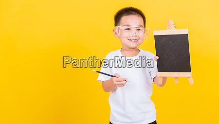kind junge laecheln zeigt tafel