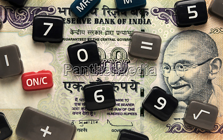 taschenschluessel auf indischer banknote