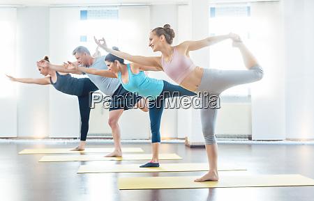 vier junge und fitte yoga studenten