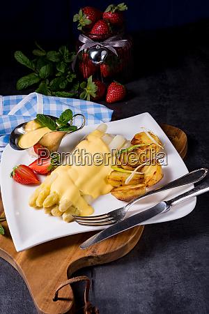 spargel mit bratkartoffeln und hollandaise sauce