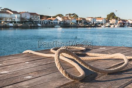 liegehaken und seil auf einem pontoon
