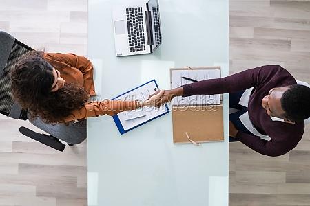 haende schuetteln bei interview meeting