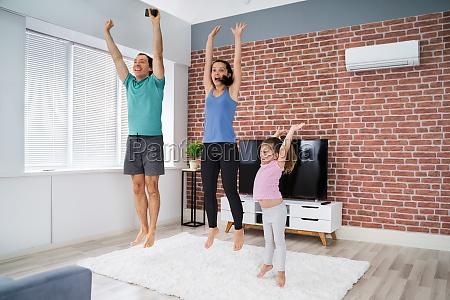 familie macht springen fitness UEbung zu