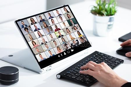 frau waehlt neues haus auf laptop