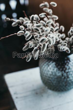 kaetzchen ostern dekoration vase stimmungsvolles licht