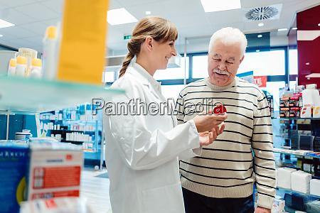 senior mann mit apotheker in der