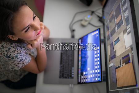 oung frau arbeitet an einem computer