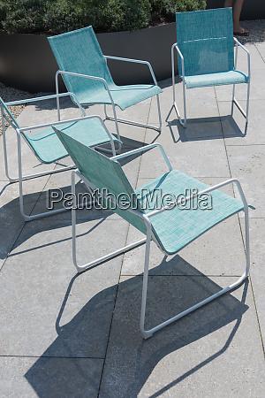 vier sitze in moderner gartenarchitektur mit