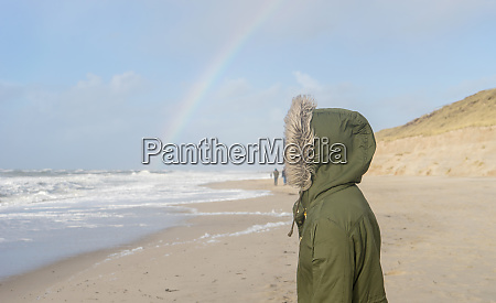 meer mit einem regenbogen am horizont