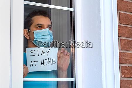 mann in medizinischer maske bleiben zu