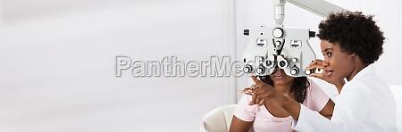 optometrist macht sichttests fuer patienten