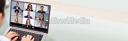 businesswoman videokonferenzen mit laptop