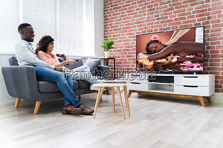 junges paar schaut fernsehen