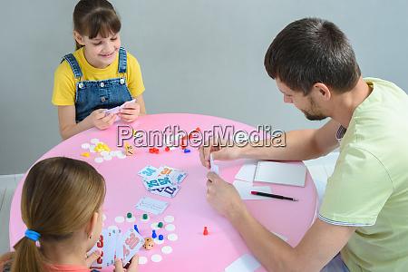 familie spielt brettspiele am tisch ansicht