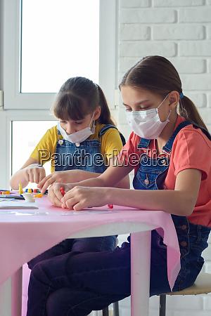 zwei schwestern in medizinischen masken spielen