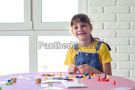 froehliche maedchen spielt brettspiele am tisch