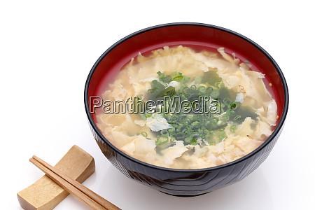japanische foof tokitama eiersuppe in einer
