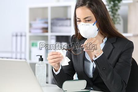 executive mit maskenreinigungsbrille mit desinfektionsmittel