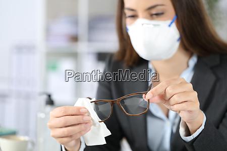 executive traegt maske desinfektionsbrille mit desinfektionsbrille