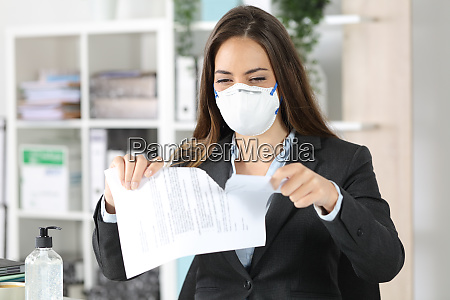 exekutive traegt maske reissen vertrag im