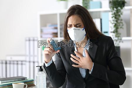 executive traegt maske mit asthma halten