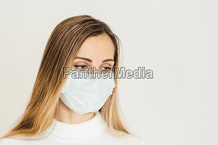 frau ueberlegt was waehrend der coronavirus
