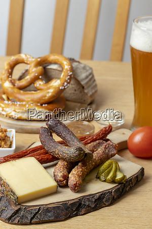 deutsche wurst mit kaese und bier