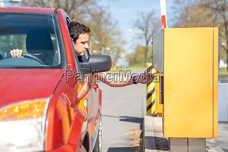 ein mann in einem roten auto