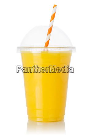 orangenfruchtsaft strohgetraenk in einer tasse isoliert