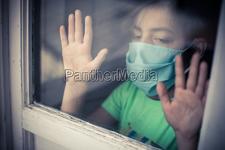 kind traegt eine chirurgische maske