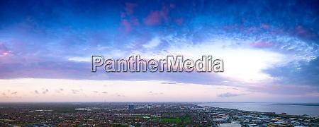 panorama luftbild der wolken bei sonnenuntergang