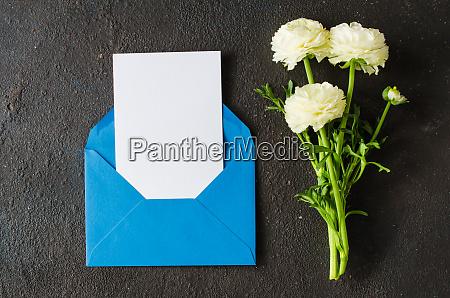 blauer umschlag mit leerem weissem papier