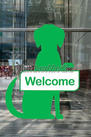 hunde willkommensschild vor dem shop