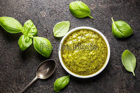 gruenes basilikum pesto dip sauce und