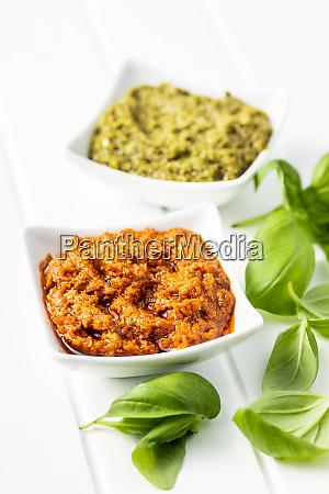 gruenes basilikum und rote tomatenpesto dip