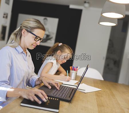 huebsche junge geschaeftsfrau arbeitet von zu