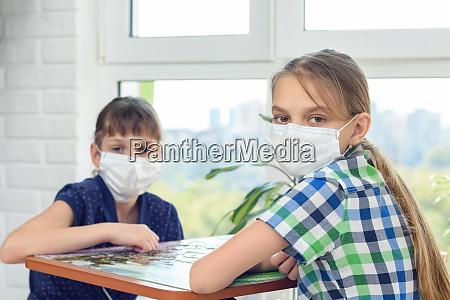 kranke unter quarantaene gestellte kinder spielen