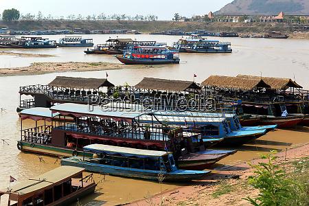 vergnuegungsmotorboote nehmen touristen