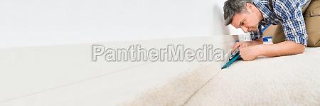 handwerker fitting teppich