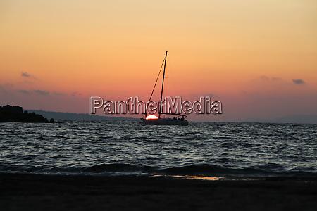 ein segelboot im sonnenuntergang