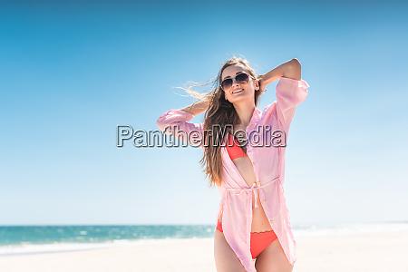 sorglose frau am strand