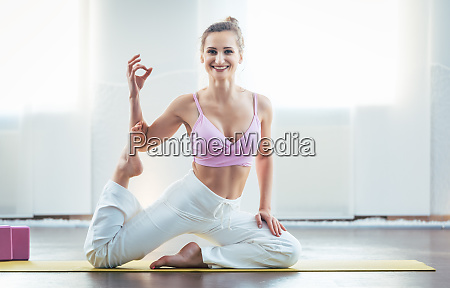 schoene und fitjunge frau in yoga