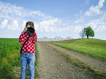 junges maedchen mit grosser kamera in