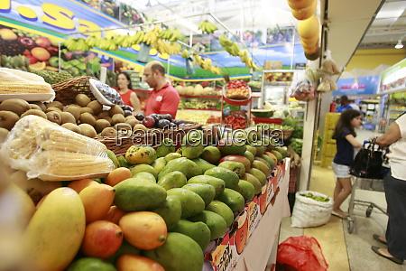 kunden im supermarkt in salvador