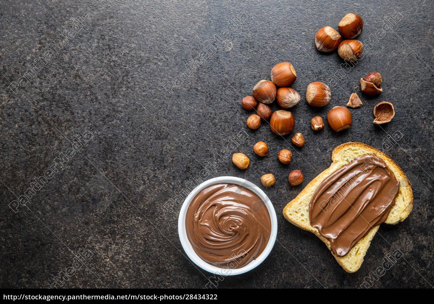 toastbrot, mit, haselnussaufstrich., süße, schokoladencreme. - 28434322