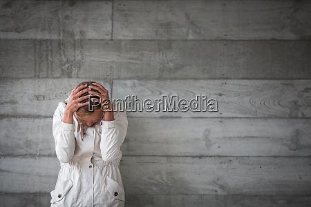 depressiveaengstliche junge frau die an einsamkeit