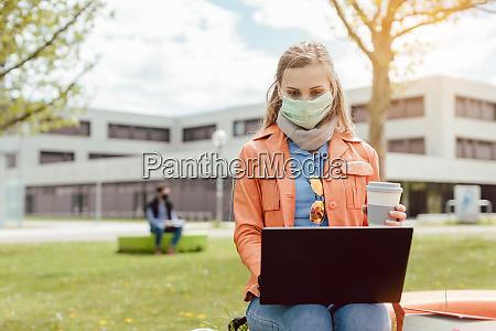 studentenlernen auf dem universitaetscampus waehrend der